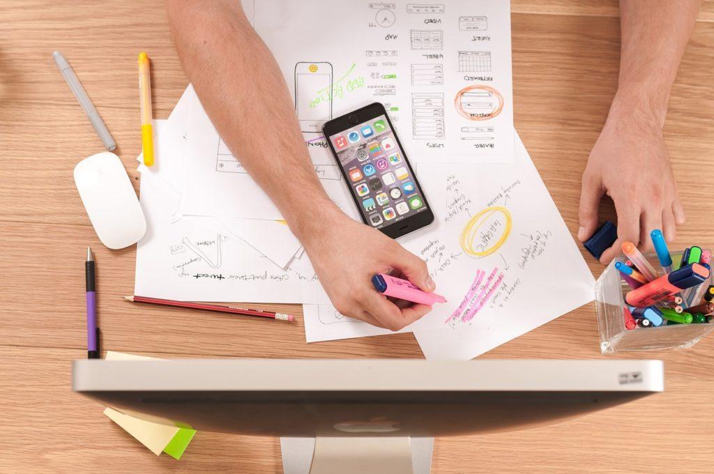 Sådan laver du et eventprogram: Hyr en designer eller lav dit egen med en skabelon.