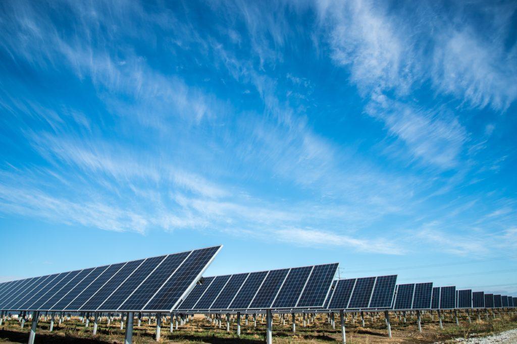 Bæredygtig event: Brug solenergi til at reducere CO2-udslip.