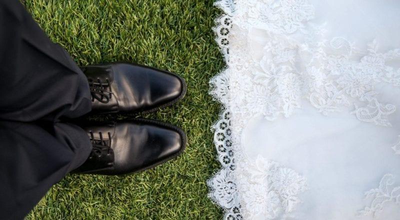 gift par stående på græs