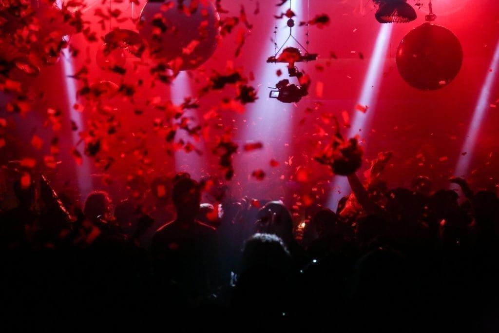 Sådan organiseres en event på en natklub: Gør folk bange for få at glip af det med episke billeder af tidligere events.