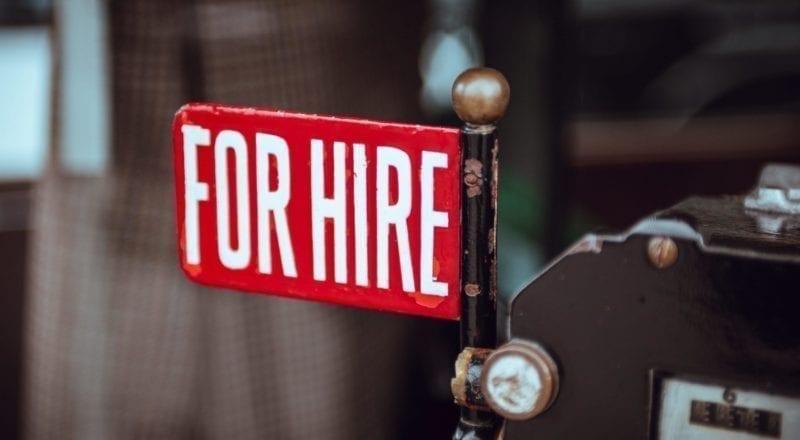 """Et skilt, hvor der står """"Ansætter!"""", er en måde at ansætte eventpersonale på"""